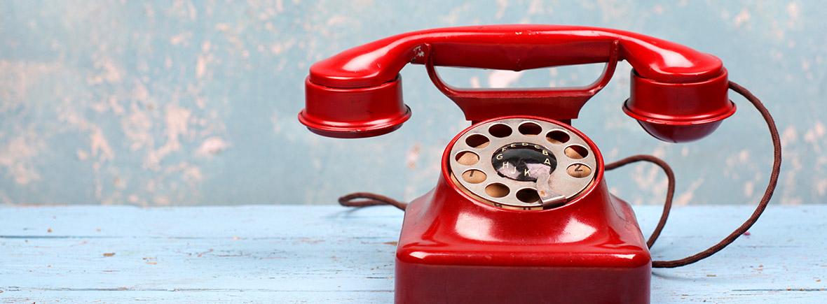 Altes Rotes Telefon mit Wählscheibe