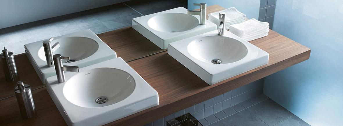 zwei Waschbecken mit dunklem Holz