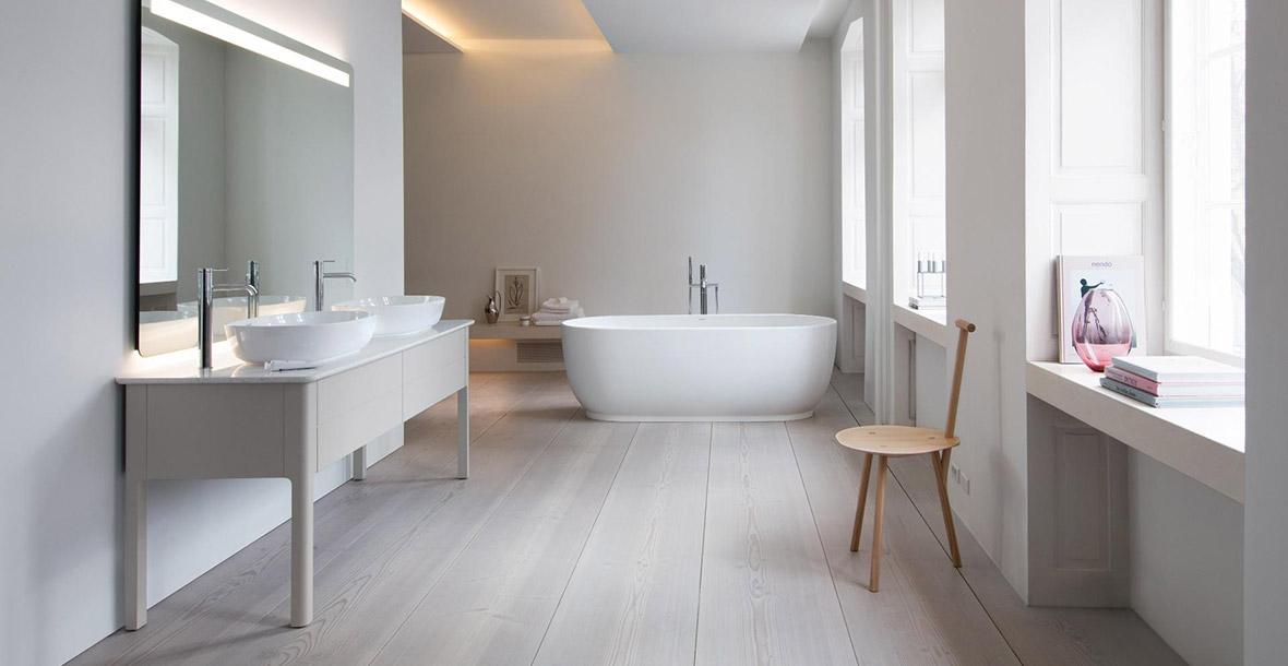 modernes Badezimmer in hellem Holz