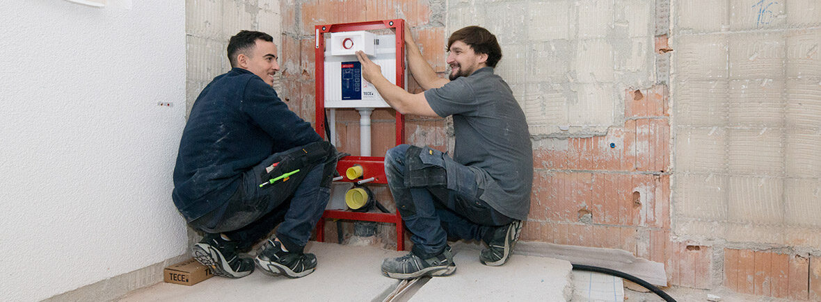 zwei handwerker bei der Installation
