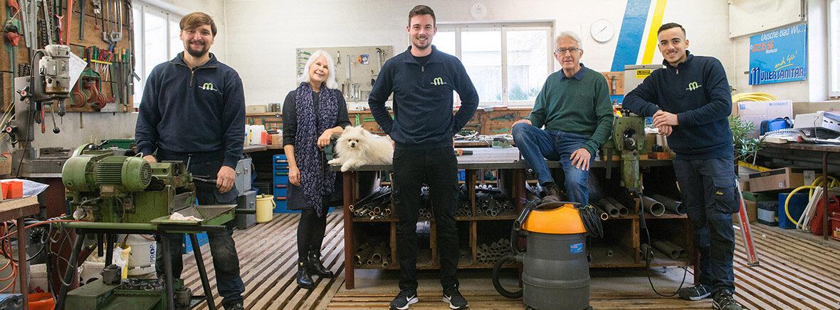Gruppenbild mit weissem Werkstatt-Hund